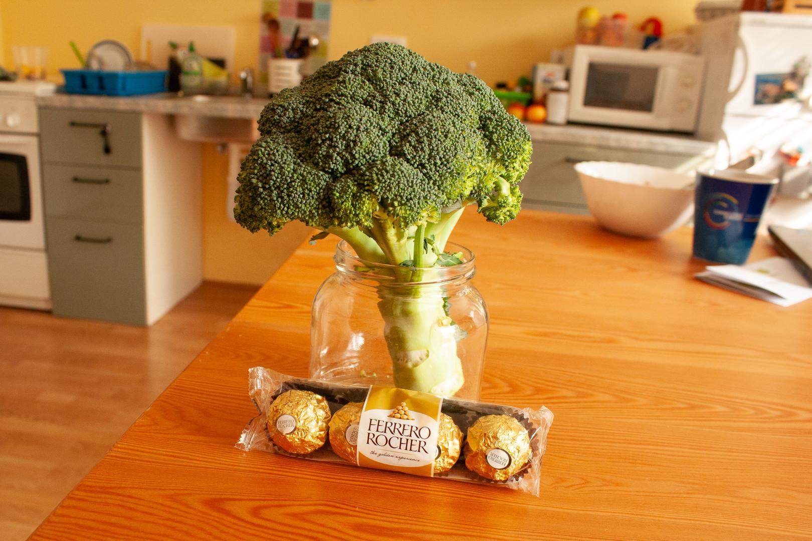 brokoli Zjutraj na mizi naletim na rojstnodnevni šopek ...  Broccoli In the morning I come across a birthday bouquet on the table...