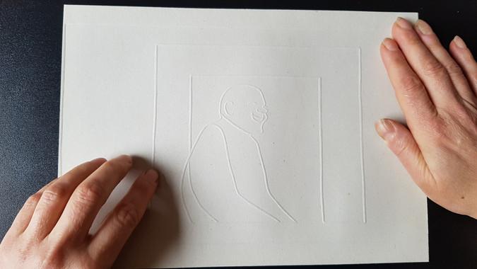 Dostop do vizualnih informacij: tipna ilustracija je prilagoditev, ki slepi osebi omogoči, da si jo predstavlja.  Accessing visual information: tactile illustrations are adaptations allowing the blind to imagine images.