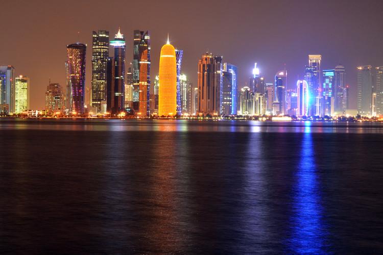 Ta kraj v Katarju se imenuje Albandar. Sem smo zahajali s prijatelji in ure in ure posedali tu. Več mesecev sem poskušal narediti to fotografijo, saj je svetloba tu precejšen izziv. Je ena najlepših fotografij, ki sem jih v življenju naredil, in jo s ponosom pokažem vsem.  This place in Qatar is called Albandar. I used to come here with my friends, and we sat here for hours. I tried for days and months to take this picture, as the lightning is challenging. It is one of the most beautiful pictures that I've ever taken in my life, and I proudly show it to everyone.