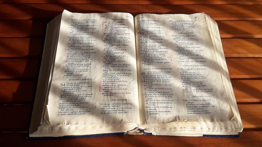 "Svetilka mojim nogam je tvoja beseda, luč na moji stezi. Ps 119,105  ""Your word is a lamp for my feet, a light on my path."" Ps 119,105"