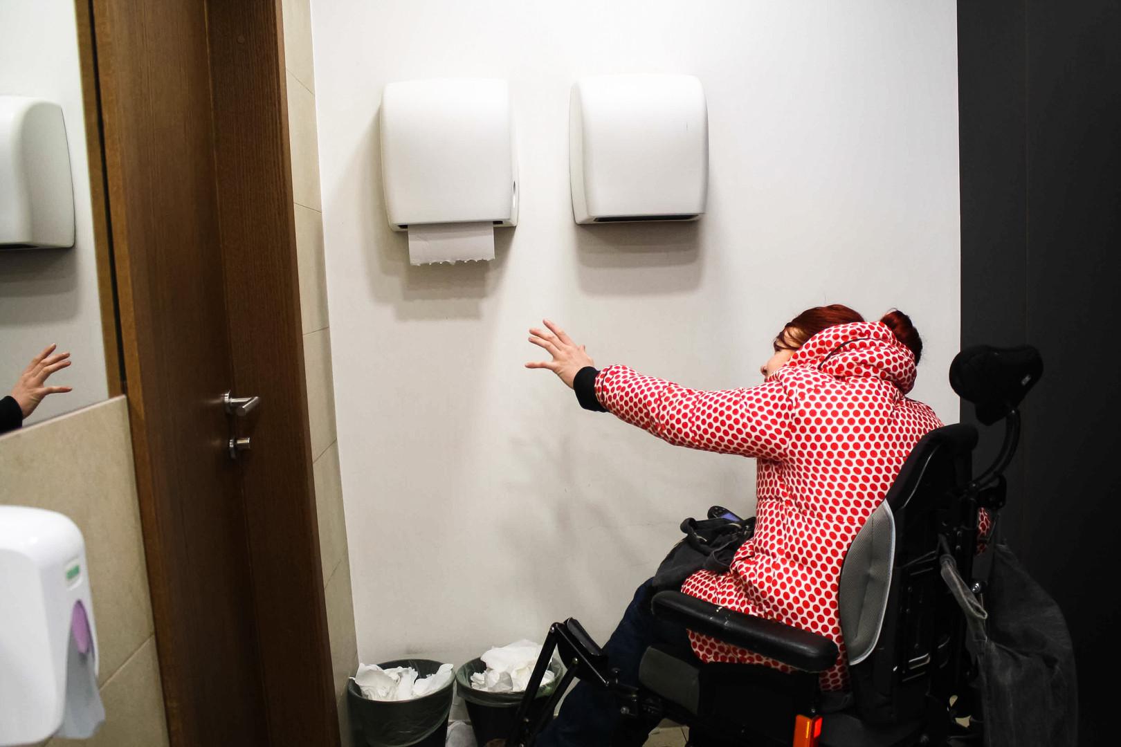 brisačka ... ne dosežem brisačke. Ampak ni panike, se obrišem v hlače ...  Towel ... I can't reach the towel. But, no problem, I'll just wipe my hands in my trousers...