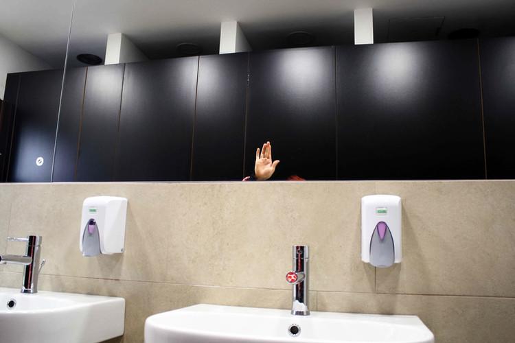 ogledalo ... pomaham si v ogledalu in ko si umijem roke, …  Mirror ... I wave at myself in the mirror, and when I wash my hands…