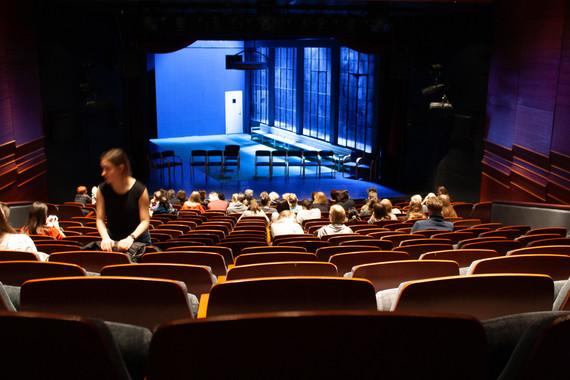 gledališče ... v gledališču se posedejo v prve vrste. Razen mene. Ker ne morem dol ...  Theatre ... at the theatre, people sit down in the front; except for me, because I can't get down there...