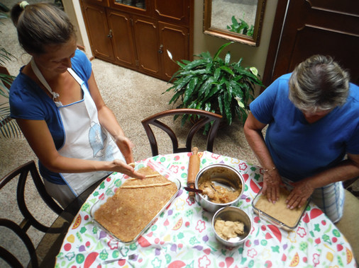 PEČETA ŠTRUDELJ Cedritos, Quintas de Aranjuez, Casa 41, Bogotá, Kolumbija. Februar 2018 Prehranjevanje je ena od osnovnih potreb človeka, zato je kuhanje bistven del življenja. Hrana in recepti ohranjajo tradicije in promovirajo kulturne izmenjave. Kot tujec in mož imam priložnost, da spoznavam nove ljudi in vse to delim z njimi.   THEY ARE PREPARING STRUDEL Cedritos, Quintas de Aranjuez, Casa 41, Bogotá, Colombia. February 2018 Eating is one of the basic human activities and necessities, so cooking is an essential part of living. Food and recepies keep the traditions and promote cultural exchanges. Being a foreigner husband is a chance for meeting and sharing with new people.
