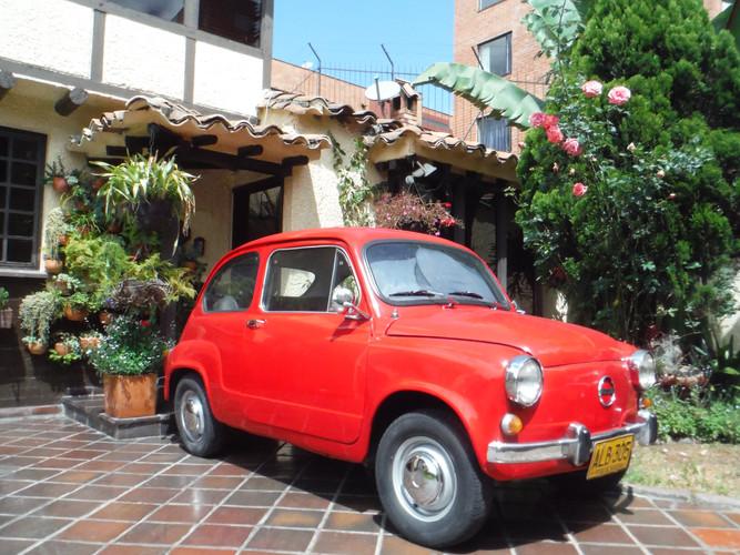 PRED HIŠO MOJIH STARŠEV Cedritos, Quintas de Aranjuez, Casa 41, Bogotá, Kolumbija. Februar 2019 Ime mi je Camilo Acosta Mendoza. Rojen sem bil v Bogoti v Kolumbiji, zdaj pa živim v Ljubljani. Prihajam iz meščanske družine. Prvi avto, kisem ga vozil, je bila ta očetova Zastava 750, izdelana v Jugoslaviji – kakšno naključje. Sem rezultat naključij.  IN FRONT OF MY PARENT'S HOUSE Cedritos, Quintas de Aranjuez, Casa 41, Bogotá, Colombia. February 2019 I am Camilo Acosta Mendoza. I was born in Bogotá, Colombia, and I am now living in Ljubljana.  I come from a midle class family. The first car I drove was my father's, this Zastava 750, fabricated in Yugoslavia - what a coincidence. I am a product of coincidences.