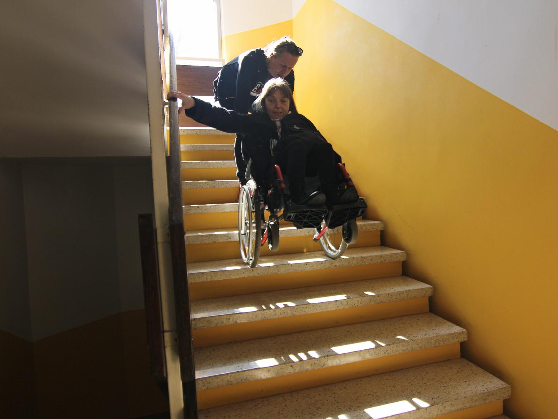 Premagovanje ovir: s pomočjo osebne asistence nepremagljive ovire postanejo premagljive.  Tackling obstacles: with the aid of personal assistance insurmountable obstacles become surmountable.