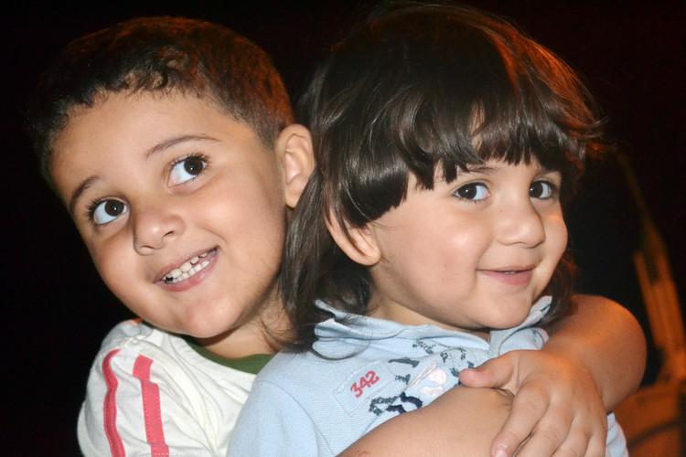 Sinova mojih sester; Yousef na desni, Ibrahim na levi. Zelo ju pogrešam. Bila sta prva vnuka v naši družini in zato sta nam še posebej pri srcu. Odraščala sta v naši hiši, a ko je hiša postala premajhna, smo se vsi razselili in s tem ločili. Že skoraj tri leta ju nisem videl.  They are the sons of my sister, the one on the right is called Yousef, and on the left is Ibrahim. I miss them a lot. They were the first grandchildren of the family and thus they are especially dear to us. They were raised in grew up in our house. But, as the conditions were rife, everyone left the house for another place, thus we all got separated. I haven't seen them for almost 3 years now.