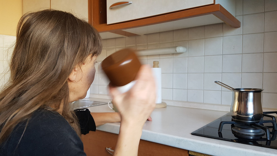 Prepoznavanje živil: za prepoznavanje živil lahko uporabimo tudi sluh, na primer ko izbiramo med kavo in sladkorjem.  Recognizing foodstuffs: we can tell food apart with hearing, for example when we are trying to tell coffee from sugar.