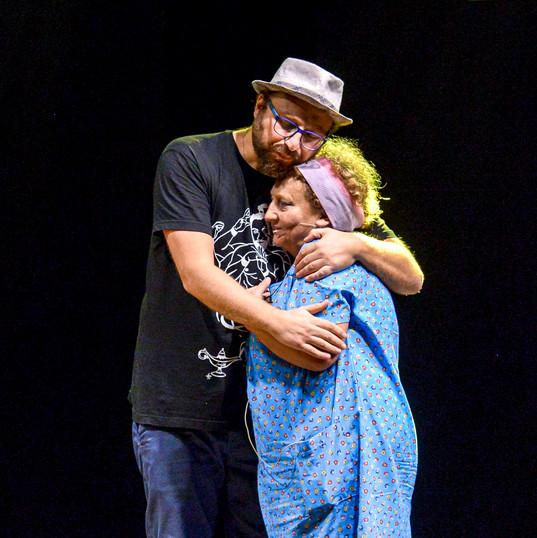 Luca Vullo và mẹ - Bà Angela Gabriel 10.