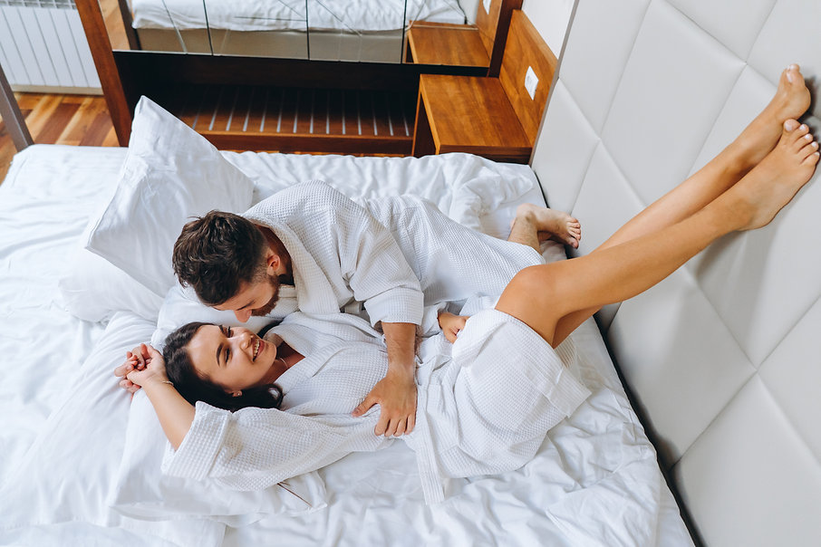 picture-showing-happy-couple-resting-in-