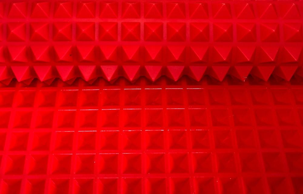 Red pyramid mat
