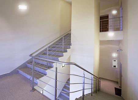 luz_de_emergencia_walmonof_escada_predia
