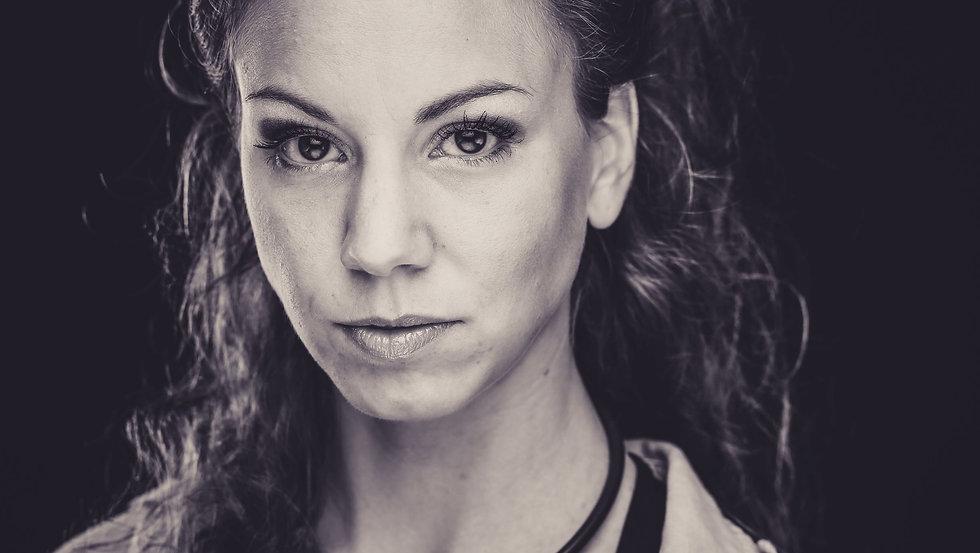 Portrait Sophie Becker, Sängerin Pop mit Klavierbegleitung. Eigen Coverversionen Popsongs.