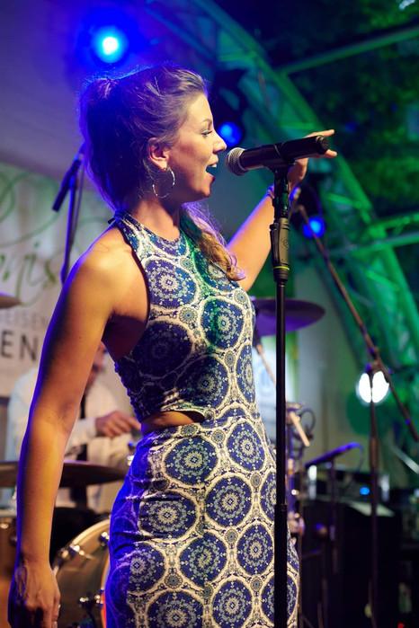 Sophie Becker aus Frankfurt, Sängerin. Live mit Takanaka in Geisenheim