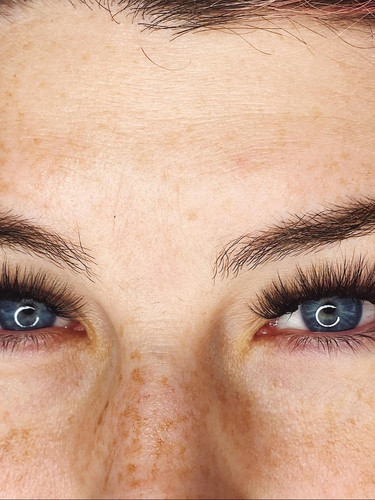 Gorgeous-eyelashes-and-eyebrows-with-mic