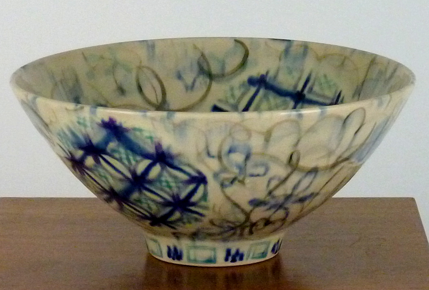 Anne eRafter Bowl white and blue on pedestal