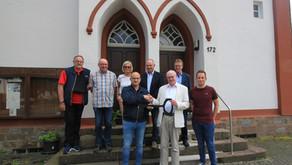Neuer Eigentümer der Kapellenschule in Helberhausen