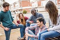 adolescentes-rindo-e-contando-piadas