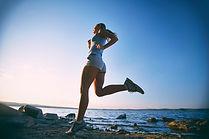 treinamento-da-jovem-mulher-na-praia