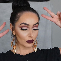 Having a moment from yesterday's makeup look 🙈✌🏼️_Eyes_Base_ _maccosmetics painterly paint pot the