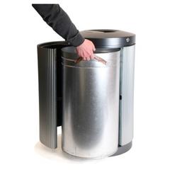 Leon buiten afvalbak legen