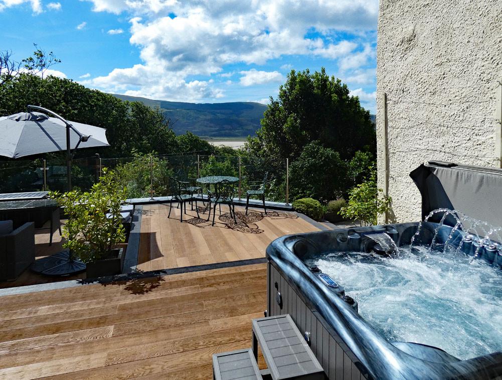 Shared sun terrace and hot tub