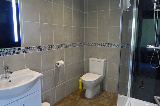 Noddfa master bathroom