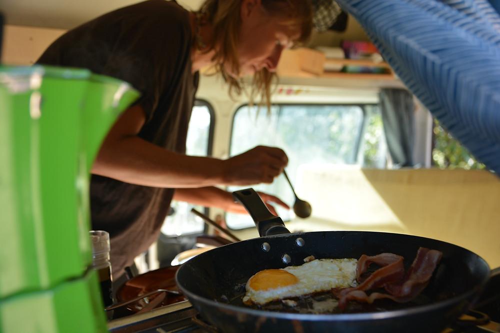 Spiegelei und Speck für die Frühstücks-Grits