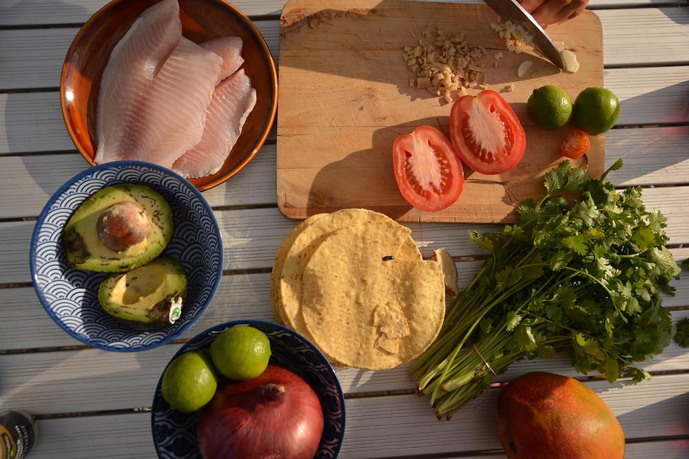 Ceviche: Fisch, Limette, Zwiebel, Tomate, Chillie, Mango, Avocado, Koriander, Tostadas