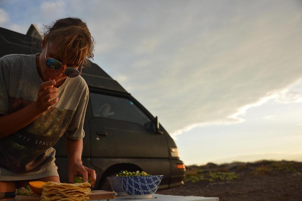 Ceviche, Kochen am Strand, Mitsubishi L300