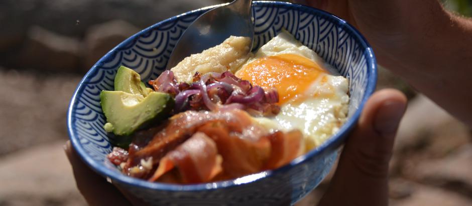 Süßkartoffel-Grits mit Spiegelei und Speck – das Comfort Food schlechthin