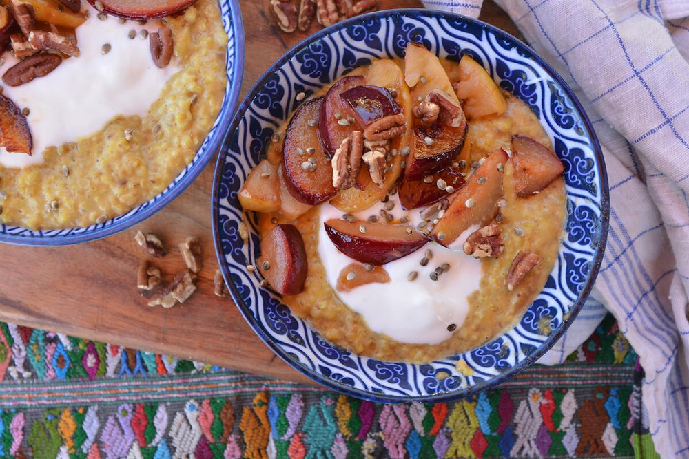 Kurkuma Porridge; Golden Milk Porridge; www.twopotsandastove.com; Zimt; Kardamom; Joghurt; Ingwer; Frühstück; gesundes Frühstück; gesund leben; healthy; Porridge; lecker; Nüsse; Pflaume; Apfel; Hanfsamen; Pecannüsse; Kurkuma Latte; Good morning; Guatemala; Foodie; Foodphotography