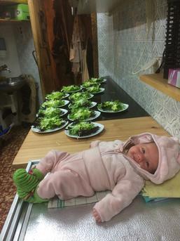 Salatbar mit Baby