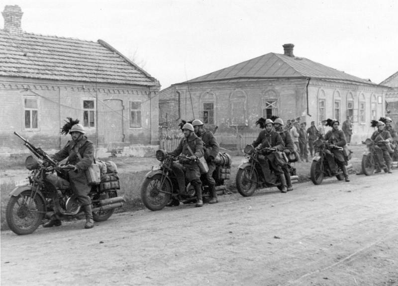 Italian Bersaglieri in Russia, c. 1942 (Source: Wikimedia)