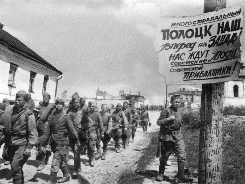 Soviet soldiers in Polotsk, 4 July 1944 (Source: Wikimedia)