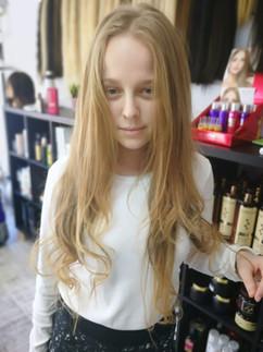 אחרי חיבור תוספת שיער בהיר