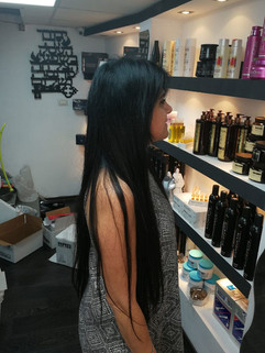 אחרי חיבור תוספות שיער שחור חלק