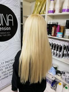 לאחר חיבור תוספות שיער בלונד ולפני יישור קצוות