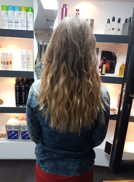 אחרי חיבור תוספות שיער גלי בגוון בהיר