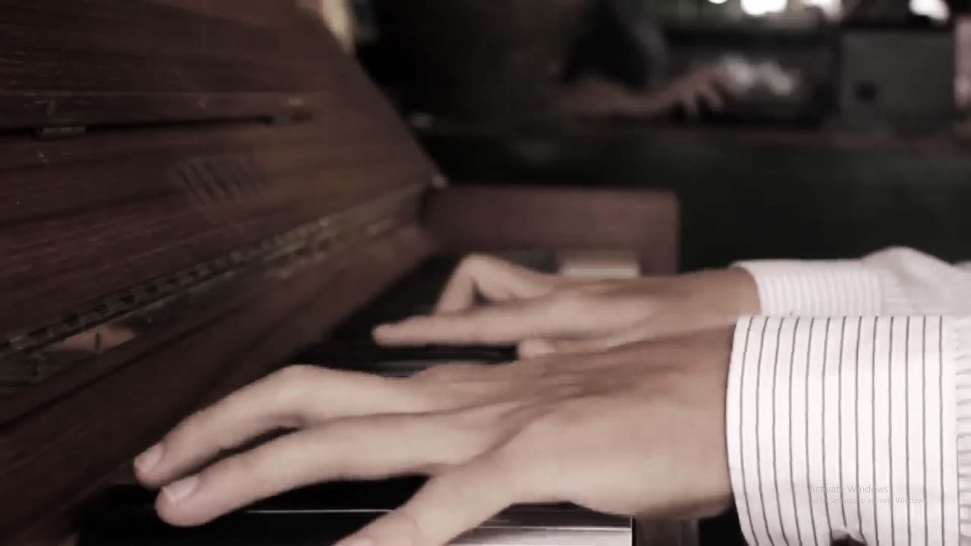Thầy Long chơi Piano