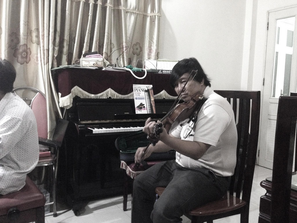 Thầy Khánh hòa tấu với Violin