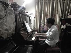 Thầy Mi chơi Piano