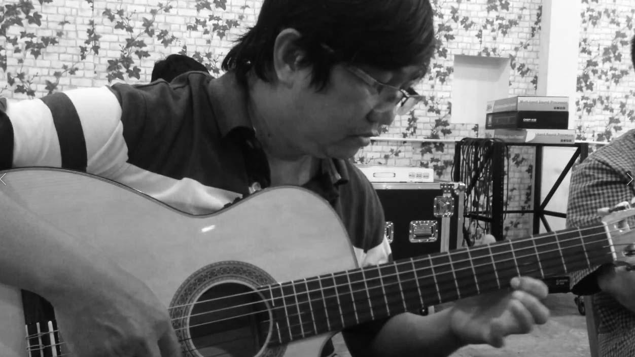 Thầy Khánh chơi Guitar