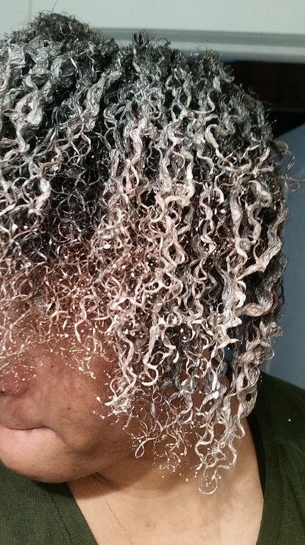 Le masque pour les cheveux avec lhuile de ricin et les vitamines du groupe à