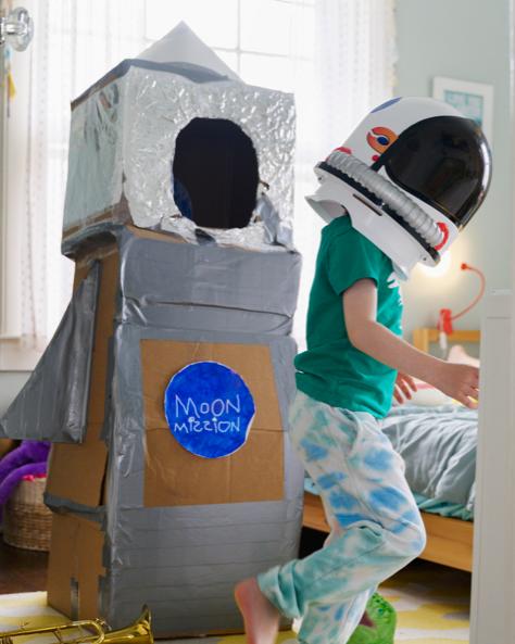 ילד משחק בחלל בחדר שלו