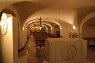 facing-the-confessio-and-tomb-of-st-pete