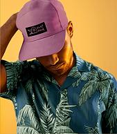 Hombre con gorra de béisbol impresa bajo demanda creada en Wix