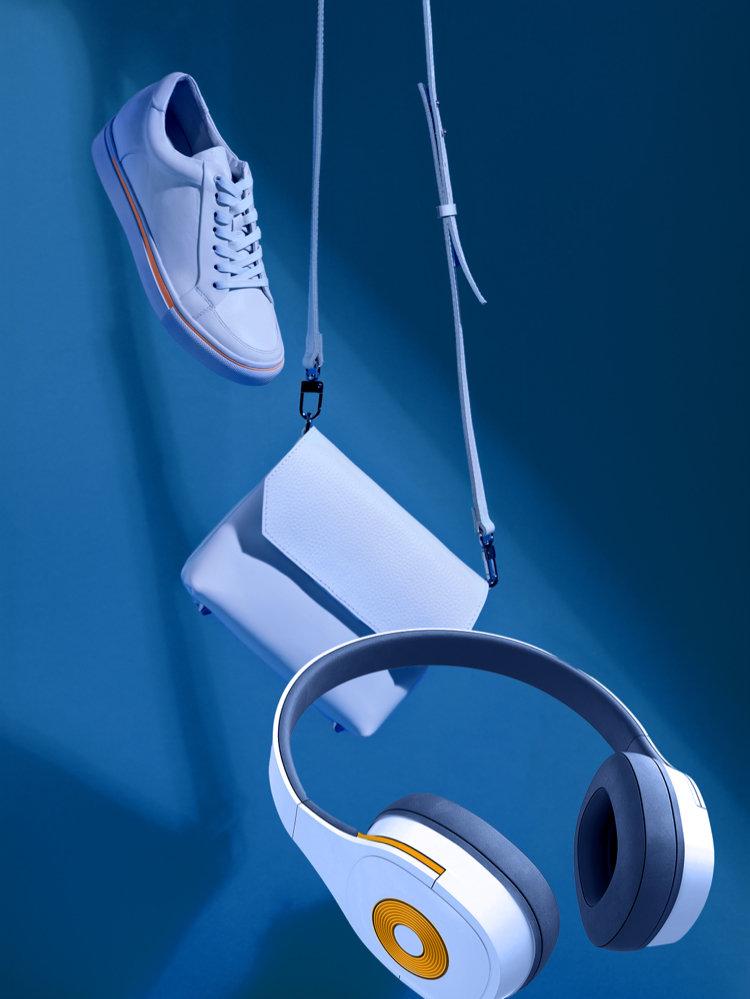 2020 年に Wix の eコマースストア(ECサイト)で販売された白のスニーカーと財布とヘッドホン