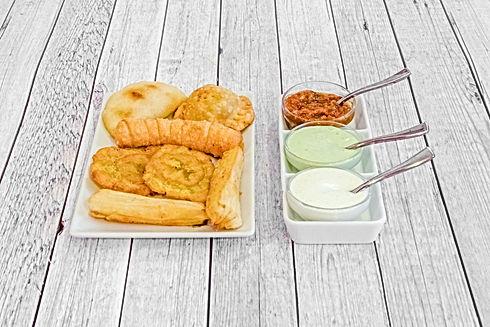 Combo di 1pastel, 1 empanada, 1 tequeño, 2 fette di platano schiacciato (tostones), 2 bastoncini di yucca