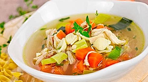 Tradizionale zuppa di pollo e verdure